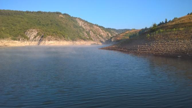 jezero v ranním oparu